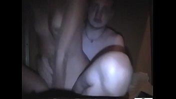 Девчонка с пышной попкой дрюкается раком на диванчике и разрешает испытать оргазм на спину