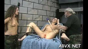 Девушка перестаёт пребывать скромняшкой, как только лишь вудман суёт член в её задницу