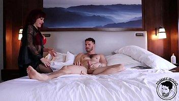 Лесбиянка активно работает ладошкой и подружка обильно сквиртит