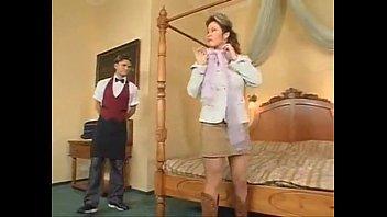 Жопастая поебушка с хвостиком крутит педали обнаженной