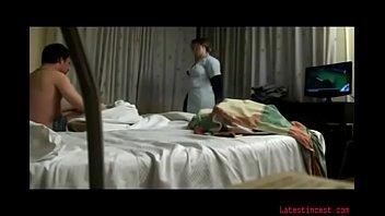Лесбиянки спрятались в спальне и занялись оральным сексом