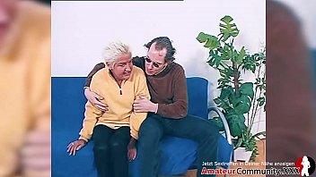 Негры трахают блондинку и кончают на милое личико