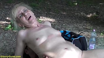 Тонкая шатенка позирует на камеру в обнаженном образе