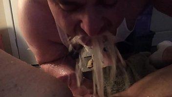Шикарная тёлка обнажает, онанирует, целует и жамкает свои большие мягкие сиськи
