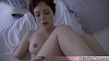 Две узкоглазые подружки в сетчатых бодистокингах целуются и мастурбируют вагины