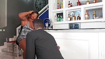 Привязанная жертва потрахалсь с хозяином на столе