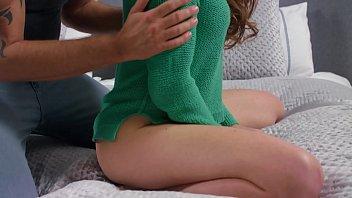 Девушка с крашенными прядями впихнула ладошку в очко подруге по самый локоть