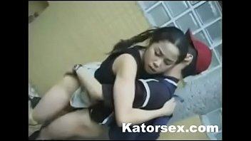 Две медсестрички лесбиянки балуются на кресле