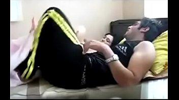 Грудастая жиробаска в черном лифчике насаживается на пенис мужа
